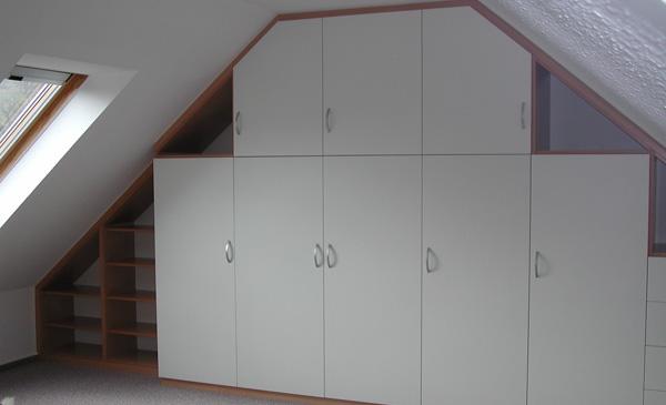 Einbauschrank mit weißen Türen