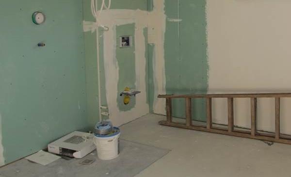 Es wird mit der Badinstallation im Biosolarhaus begonnen