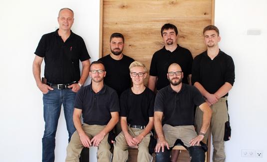 Es sind die Mitarbeiter der Schreinerei Fiegenbaum zu sehen. Von oben links nach unten rechts: Friedrich Fiegenbaum, Mersudin Hamidovic, Johannes Braun, Michael Sailer, Markus Belz, Michel Bauer, Tobias Dernek.