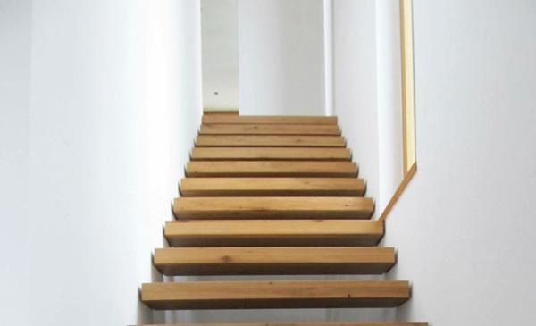 Treppenstufen aus Holz im Bio-Solar-Haus der Schreinerei Fiegenbaum