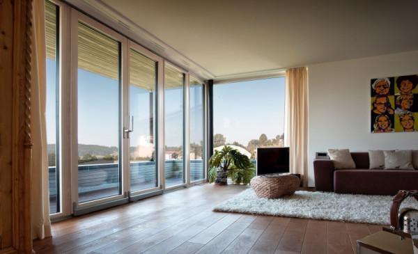Blick in einen Raum mit großer Fensterfront