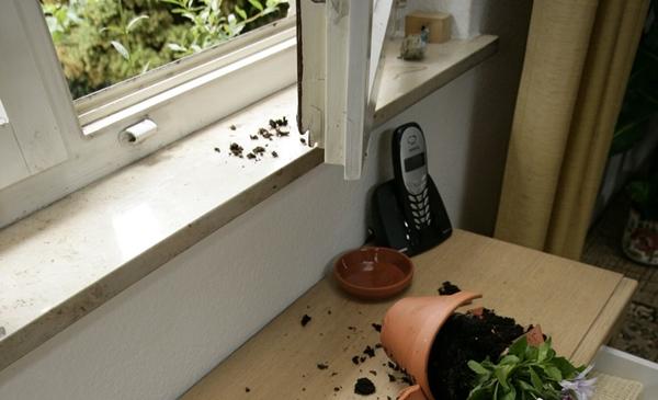 Ein offenes Fenster sowie kaputte Gegenstände