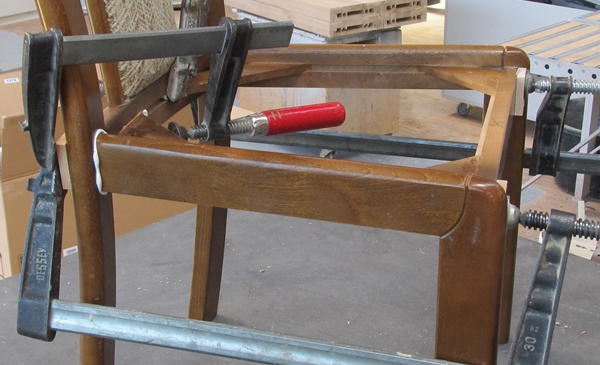 Reparatur eines kaputten Stuhles