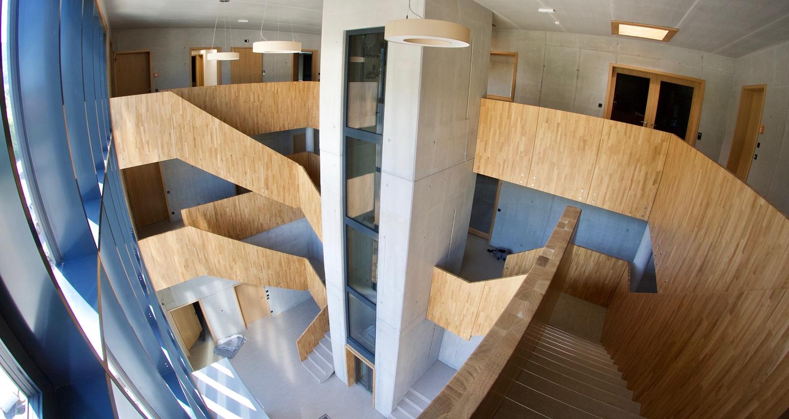 Ein holzverkleidetes Treppenhaus, von der Schreinerei Fiegenbaum erstellt