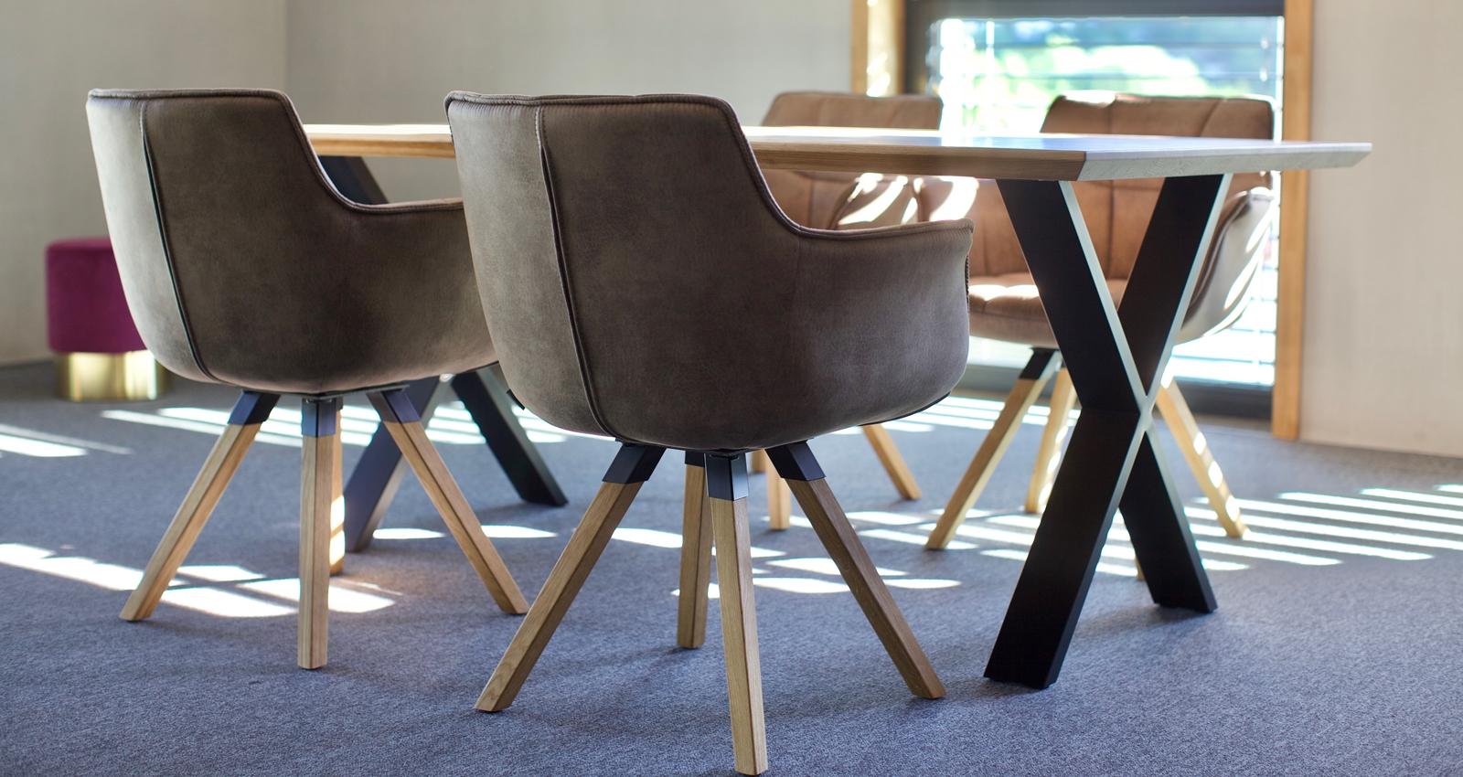 Zwei Stühle an einem Esstisch der Schreinerei Fiegenbaum