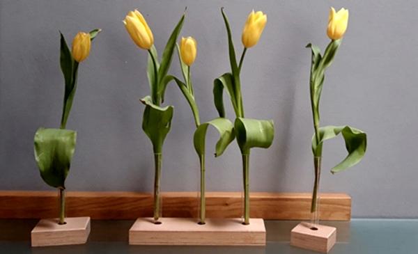 Tulpen in einer kleinen Vase auf Holzsockel