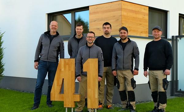 Das Team der Schreinerei Fiegenbaum steht vor dem Bio-Solar-Musterhaus
